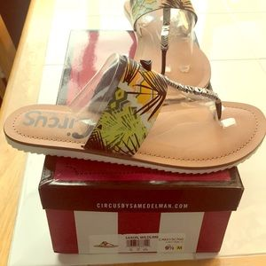 Never WORN thong sandals size 9.5